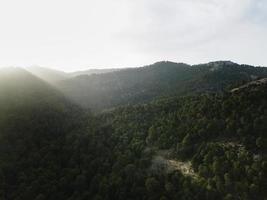 vue panoramique aérienne des montagnes vertes photo