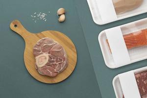 composition de viandes, d'ail et de sel photo