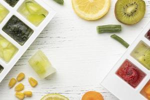 fruits surgelés dans un bac à glaçons photo