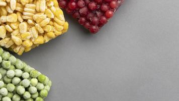 légumes surgelés sur fond gris photo