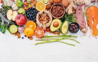 Ingrédients pour la sélection d'aliments sains sur fond de bois blanc photo