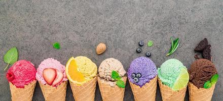Collection de cornets de crème glacée à plat sur fond de pierre sombre
