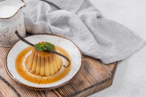 assiette de crème anglaise avec gousse de vanille à la menthe photo