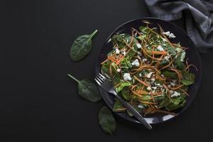 Délicieuse salade de légumes sur fond plat foncé photo
