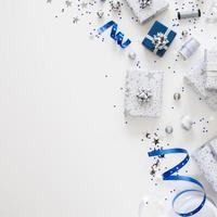 composition à plat de cadeaux emballés photo