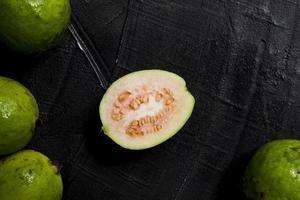fruits de goyave tranchés à plat photo