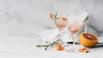 Vue de face des cocktails de boissons alcoolisées au pamplemousse photo