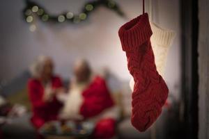 gros plan, de, rouges, et, blanc, noël chaussettes, enfilé, dans, porte photo