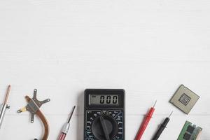 Vue grand angle des outils électroniques avec des puces informatiques sur fond de bois photo