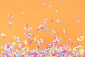 confettis colorés sur fond orange photo