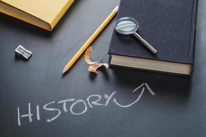 Fournitures scolaires de livre d'histoire composé sur fond gris photo