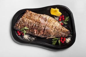 délicieux poisson cuit avec des légumes photo