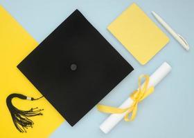 composition de remise des diplômes festive à plat photo