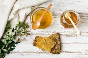 pot de miel avec nid d'abeille photo