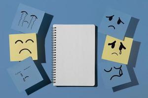 lundi bleu avec carnet de notes autocollantes photo