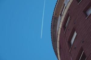Avion volant dans le ciel dans la ville de Bilbao, Espagne photo