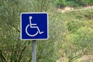 Feux de circulation en fauteuil roulant sur la route photo