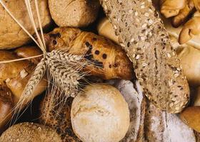 épis de blé et pains de grains entiers de différents pains photo