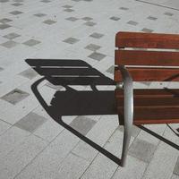 banc en bois dans la rue photo