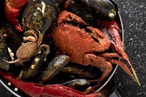 grand angle de casserole avec crabe et moules
