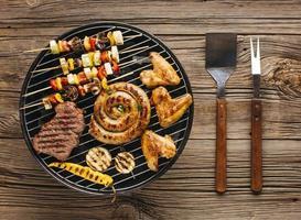 Vue grand angle de délicieuses viandes grillées avec des légumes photo