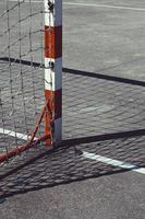 Ancien équipement de sport de but de football de rue abandonné photo