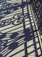 Silhouette d'ombres de clôture métallique sur le terrain photo