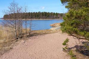 la côte de la mer Baltique en Finlande au printemps par une journée ensoleillée. photo
