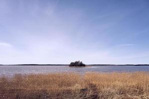 île sur la côte de la mer Baltique en Finlande au printemps photo