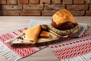 soupe aux champignons garnie de pain. photo