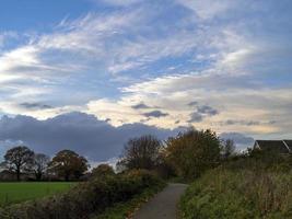 beau ciel avec des nuages blancs sur la campagne photo