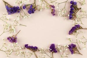 vue de dessus fleurs à plat photo