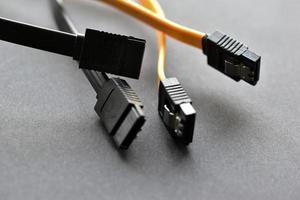 Le disque dur de l'ordinateur se branche sur fond noir photo