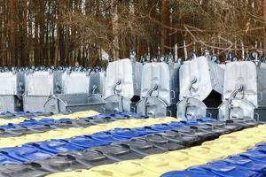 entrepôt stockage de nouveaux conteneurs à ordures photo