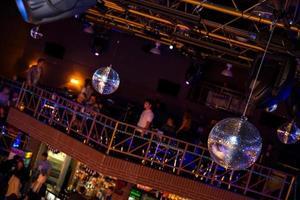 fond disco bleu avec des boules à facettes photo