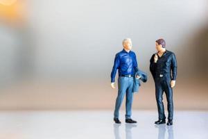personnes miniatures, couple gay debout ensemble et espace de copie pour le texte, concept lgbt photo