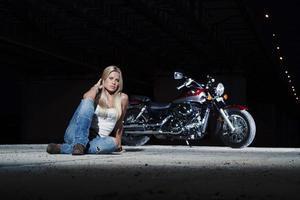 blonde sexy assise près de sa moto photo