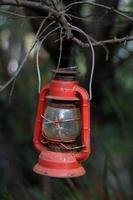 lanterne en acier à suspendre rouge photo