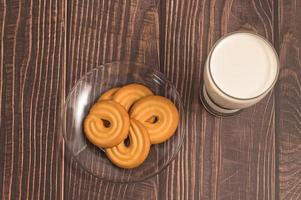 journée mondiale du lait, boire du lait et manger des biscuits, petit-déjeuner sain photo