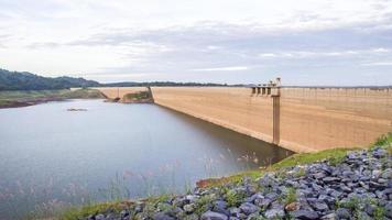 Barrage de Khun Dan Prakan Chon, Nakhon Nayok, Thaïlande, barrage pour stocker l'eau. photo