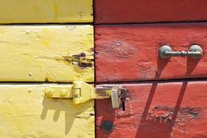 commode jaune et rouge photo