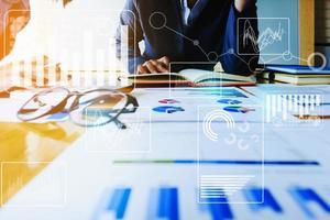 conseil en équipe de gérants de fonds et discussion analyse, investissement en bourse par documents papiers. photo