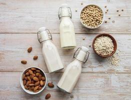 différents laits végétaliens à plat photo