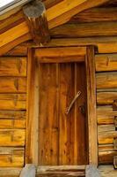 porte en bois dans une maison en rondins photo