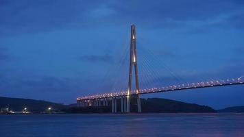 Pont russky de nuit à Vladivostok, Russie photo