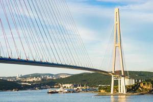 Pont russky avec un ciel bleu nuageux à Vladivostok, Russie photo