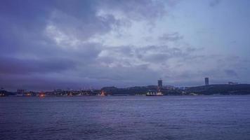 Paysage marin avec des navires dans un port de nuit à Vladivostok, Russie photo