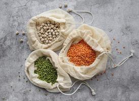 sacs écologiques avec différents types de légumineuses photo