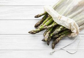 tiges d'asperges dans un sac en filet écologique