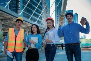 portrait de quatre équipe de construction confiante